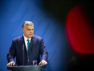 Під прикриттям смертельної пандемії угорський прем'єр-міністр Віктор Орбан юридично стирає транс*людей. Це спонукає їх до самогубства.